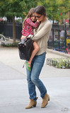 凯蒂·霍尔姆斯抱着女儿苏瑞在纽约街头