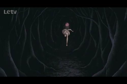 姐姐在森林中寻求龙猫帮助时,森林一反之前的光明与活力,变得阴森